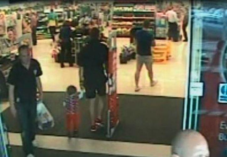 Esta imagen facilitada por la Policía de Gales del Sur muestra la imagen de vídeo de Alan Knight , a la derecha, en un supermercado de Inglaterra en junio pasado. (Agencias)