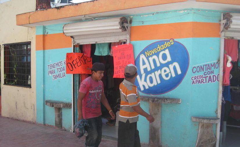 En los últimos años, los propietarios de viviendas en el primer cuadro de la ciudad, las rentan para negocios, aunque bajo condiciones irregulares. (Javier Ortiz/SIPSE)