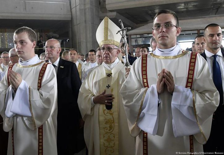 El Papa Francisco al comenzar la misa que ofició en el Santuario de la Divina Misericordia, en Polonia. (AP)