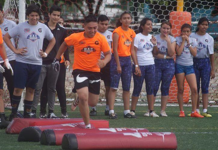 Chicos y grandes realizaron actividades de coordinación, fuerza, reacción y velocidad. (Ángel Villegas/SIPSE)