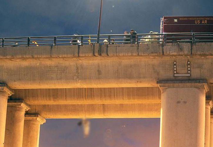 Alrededor de las 05:00 horas fue reportado que había un cuerpo colgado en el puente de la calzada Ignacio Zaragoza. (starmedia.com)