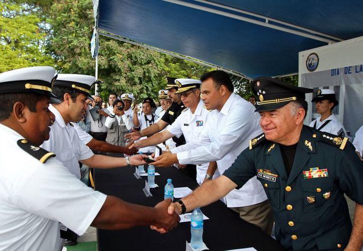 Rolando Zapata durante el acto oficial por el Día de la Armada de México, en Yucalpetén. (Milenio Novedades)