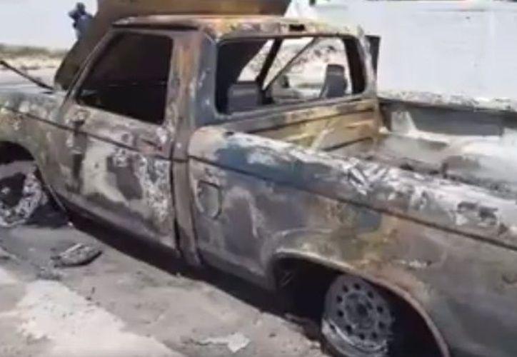 Un aparente cortocircuito en su camioneta Ford Rager modelo del año 1991, con placas de circulación YP-45-060 desató el incendio. (SIPSE)