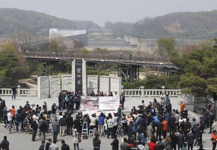 La movilización policiaca contra los manifestantes ocurrió cerca de la zona desmilitarizada que separa las dos Coreas. (Agencias)