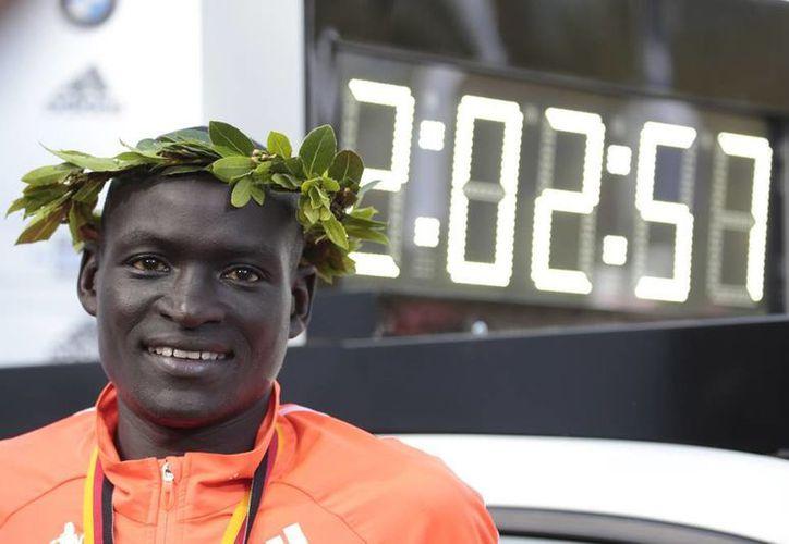 En Berlín, el keniano Dennis Kimetto se consagró como el primer varón que completa un maratón en menos de dos horas y tres minutos. (AP)