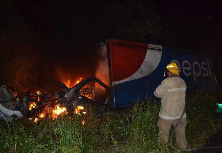 Los pasajeros del camión fueron rescatados por los automovilistas que vieron el accidente. (Redacción/SIPSE)