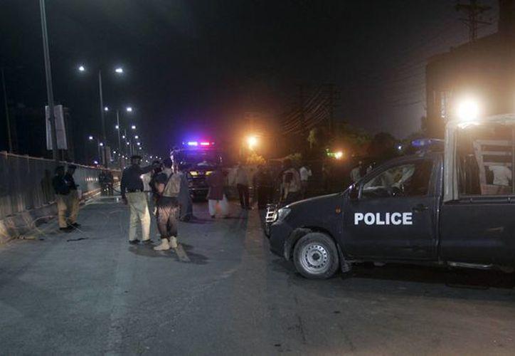 Un policía muerto y seis heridos fue el saldo de un atentado suicida, perpetrado ayer en las puertas de un estadio de cricket en Lahore, Pakistán. (AP)