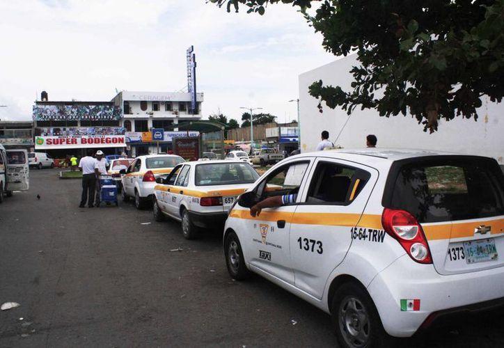 En los últimos días ha habido reportes sobre robos relacionados con operadores de taxis en la capital del Estado. (Ángel Castilla/SIPSE)