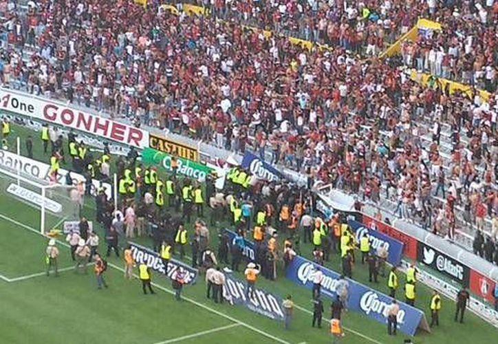 Minutos de tensión se vivieron en el estadio Jalisco. (lacronica.com)