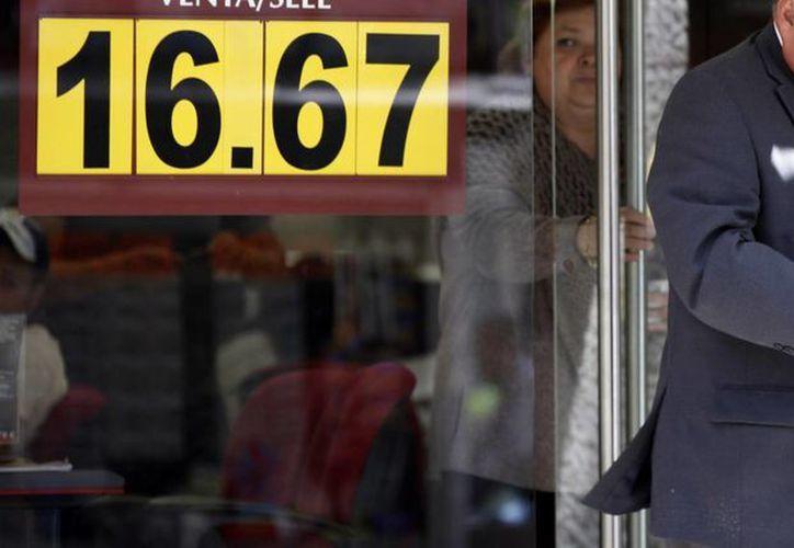 Tras varios días de 'coquetear' con los 17 pesos, el dólar finalmente alcanzó ese precio en  algunas sucursales bancarias. La imagen es únicamente de contexto. (Notimex/Archivo)