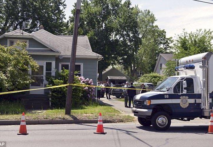 Los cuerpos se encontraron dentro de la casa. (Daily Mail)