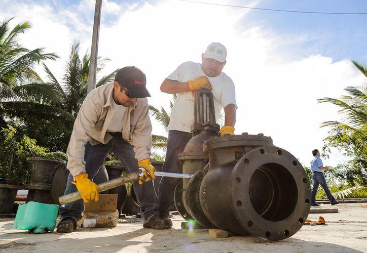 Alrededor de cuatro mil familias de Bacalar fueron afectadas pr la baja presión del agua potable, por una falla en la bomba que surte a la ciudad. (Daniel Tejada/SIPSE)