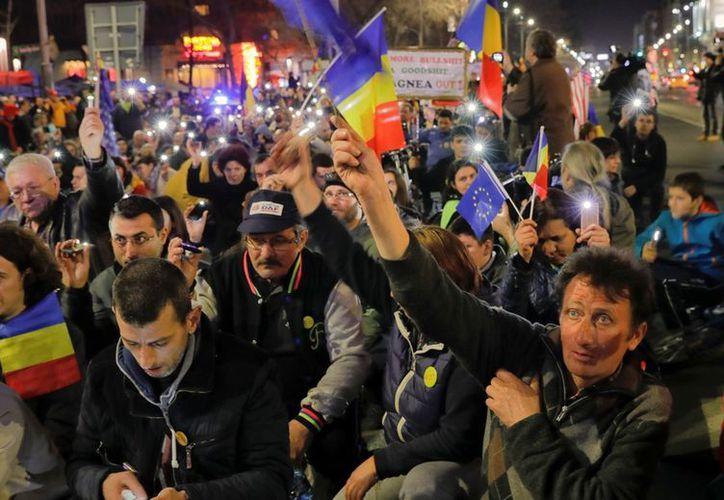 La de este domingo fue la primera vez que se registraron nuevas protestas multitudinarias en Rumania tras varias semanas de revueltas. (AP/Vadim Ghirda)