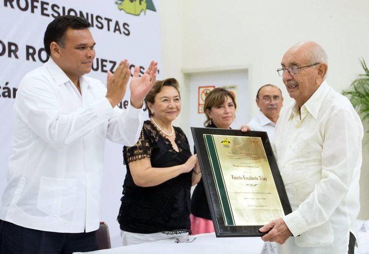 Fausto Escalante Triay recibió la distinción de manos del Gobernador. (Milenio Novedades)