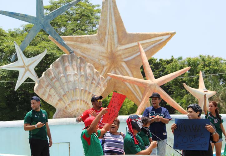 Pocos pero valientes aficionados cancunenses acudieron a la Fuente del Ceviche para honrar a sus héroes caídos. (Ángel Villegas/SIPSE)