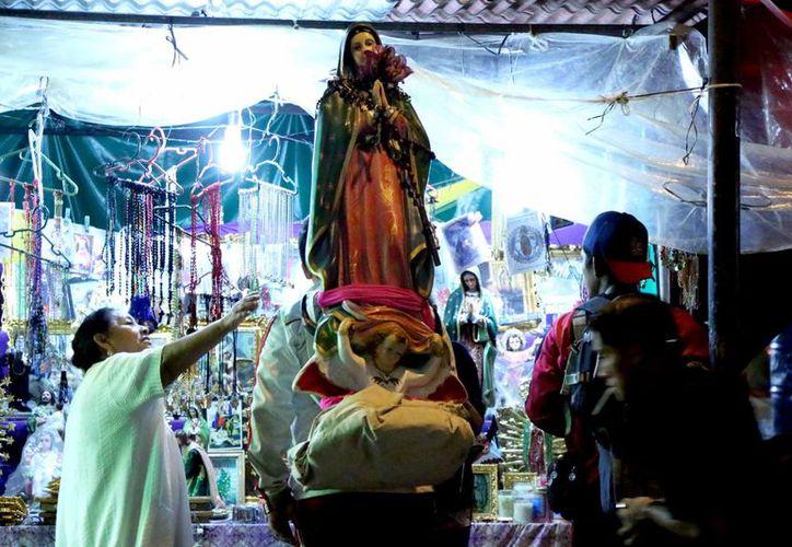 Durante la peregrinación fueron entonando cantos, rezando el  rosario y echando porras a la Virgen de Guadalupe. (José Acosta/SIPSE)