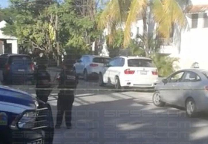 Autoridades acordonaron el área donde cinco personas fueron atacadas con armas de grueso calibre. (Foto: Redacción/SIPSE)