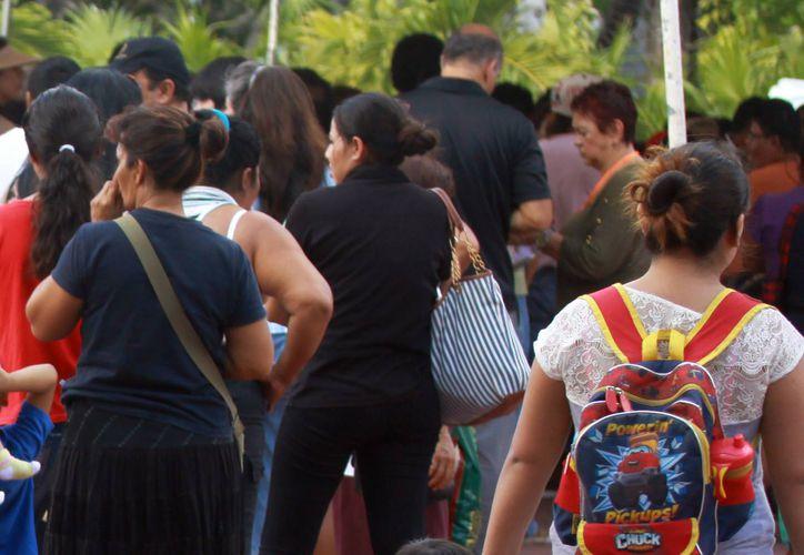 Los contribuyentes se quejaron por las largas filas. (Luis Soto/SIPSE)