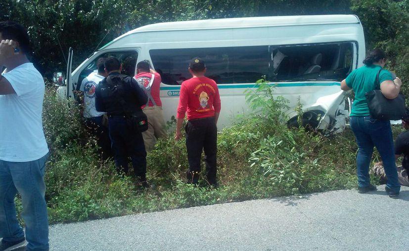 La Van de transporte público se salió de la carretera. (Redacción/ SIPSE)