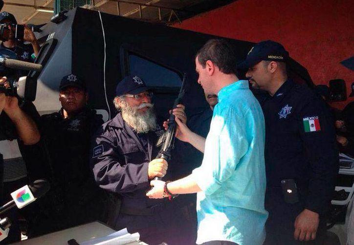 Poco antes de convertirse en la Policía Rural Estatal (foto), las autodefensas destituyeron al doctor Manuel Mireles, por supuestos problemas con el manejo del dinero, entre otras 'culpas'. (Archivo/NTX)