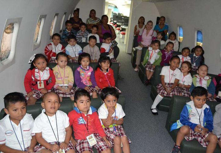 Los estudiantes de primaria son los que más acuden al Biblioavión. (Gustavo Villegas/SIPSE)