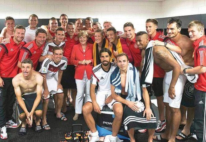 Hasta el mediodía de este martes las imágenes de los futbolistas con Merkel ya había sido bajada por 400 mil personas. (excelsior.com.mx)
