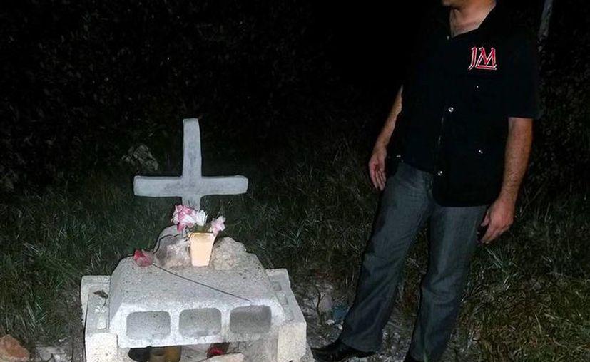 El nicho pertenece a una joven que falleció en el lugar cuando la moto en la que viajaba con otra persona derrapó. (Jorge Moreno/SIPSE)