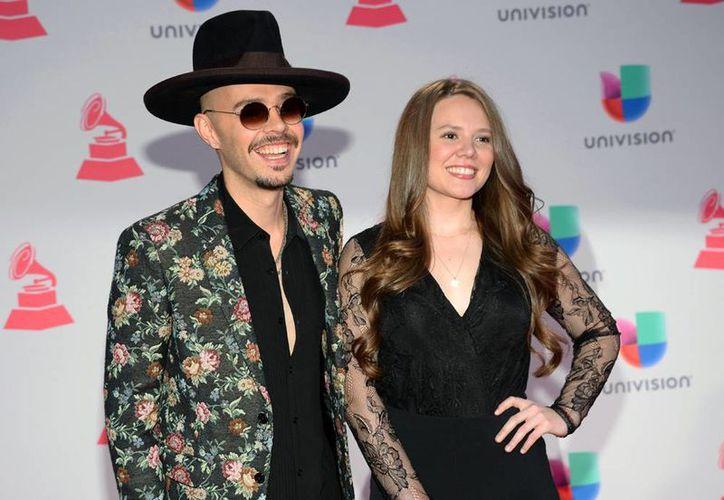 Imagen de archivo de Jesse & Joy, al llegar en la 16ª edición de los premios Grammy Latinos en Las Vegas, el año pasado. Hoy el dúo tuvo cuatro nominaciones. (Foto por Al Powers / Invision / AP, archivo)
