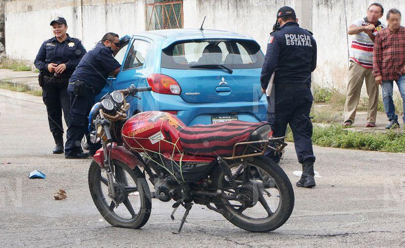 """El motociclista """"entró"""" al auto, por la ventana del conductor. (Novedades Yucatán)"""