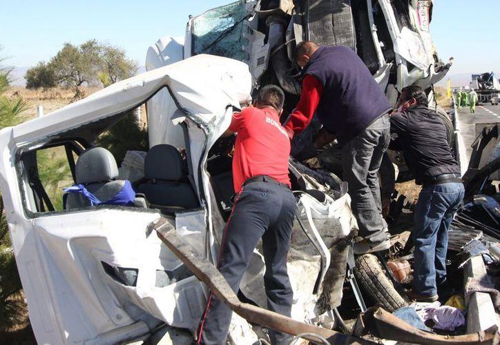 Prácticamente destrozada quedó la camioneta en la que viajaban las tres personas que murieron en el encontronazo. (Notimex)