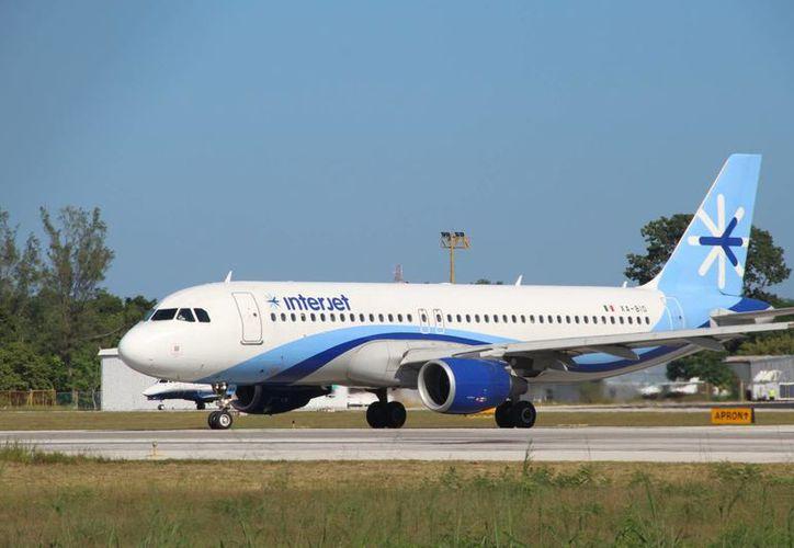 Los pasajeros que iban a Chetumal fueron notificados de una falla en el sistema, por lo que el avión fue desviado. (Foto: Eddy Bonilla)