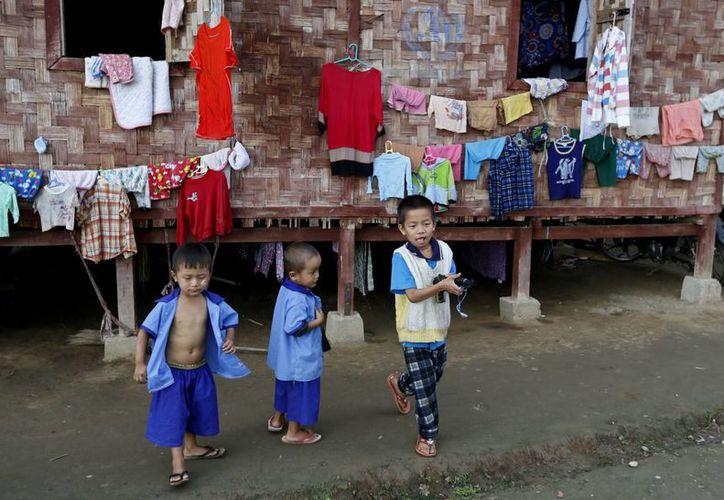 Varios niños birmanos juegan en el campo de refugiados de Janmai Baptist, en la ciudad de Myitkyina. (EFE/Archivo)