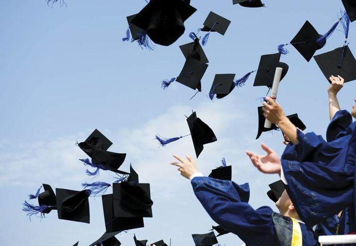 Estudiar una carrera significa un esfuerzo desde intelectual hasta financiero, por el título y la cédula profesional es la cumbre del esfuerzo estudiantil. (Agencias/Archivo)