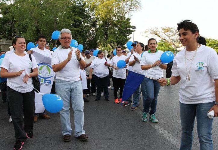 La presidenta del DIF Yucatán, Sarita Blancarte de Zapata, da el banderazo de salida de la caminata. (SIPSE)