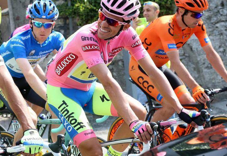 Contador (de rosa) pedalea en el inicio de la etapa 19 del Giro de Italia, que terminó por ganar este viernes pese a algunos contratiempos. La carrera termina este domingo. (Foto: AP)