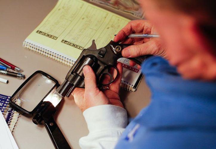 Los investigadores intentan establecer quién es el propietario de varias armas encontradas en la casa. (Agencias)