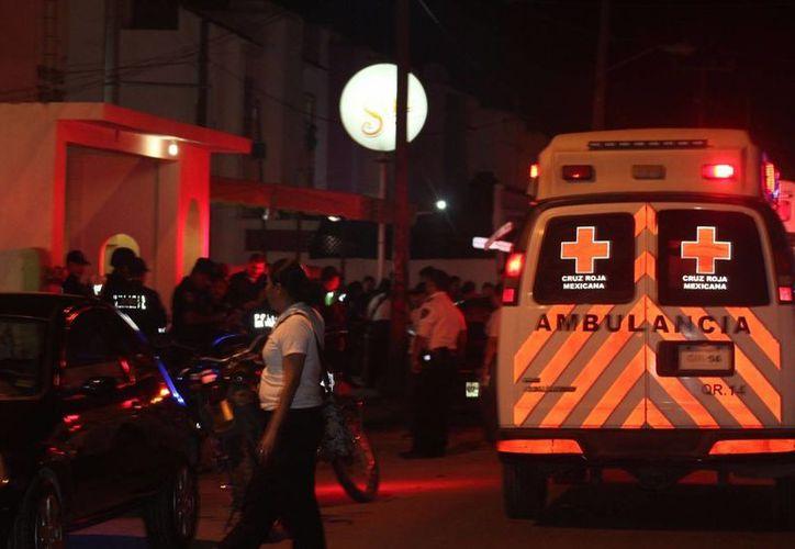 Paramédicos de la Cruz Roja arribaron al sitio para atender al herido. (Redacción/SIPSE)