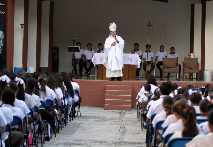 Mons. Gustavo Rodríguez Vega presidió ayer la misa en el Colegio Teresiano por el V centenario del nacimiento de Santa Teresa de Jesús. (César González/SIPSE)