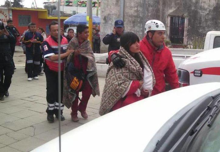 Los jóvenes fueron atendidos por  paramédicos. (Twitter/@JavierLopezDiaz)
