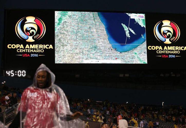 La tormenta eléctrica tomó por sorpresa a los asistentes al Soldier Field. (AP)