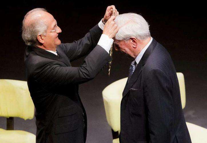 Vargas Llosa es condecorado por el alcalde de Caracas, Antonio Ledezma (i), con la orden 'Ciudadano Ejemplar' durante un foro sobre libertad y democracia en América Latina. (EFE)