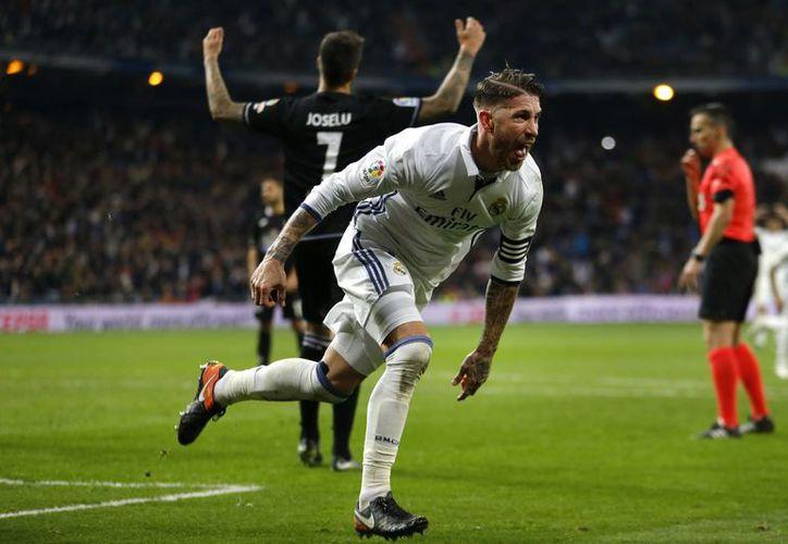 Por segunda semana consecutiva, Sergio Ramos salva al Real Madrid en la Liga de España.(Francisco Seco/AP)