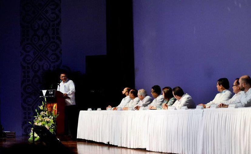 Imagen del Gobernador de Yucatán durante su participación de la inauguración del  Foro Desvestidos 2017. (Milenio Novedades)