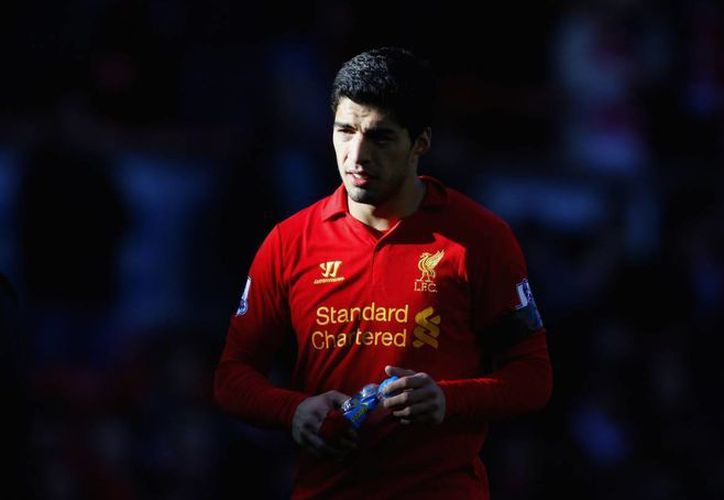 Suárez fue suspendido siete partidos en 2010, cuando jugaba con Ajax, por morder a un adversario; en 2011 fueron ocho partidos de suspensión por insultos racistas contra un jugador de Manchester United. (Agencias)