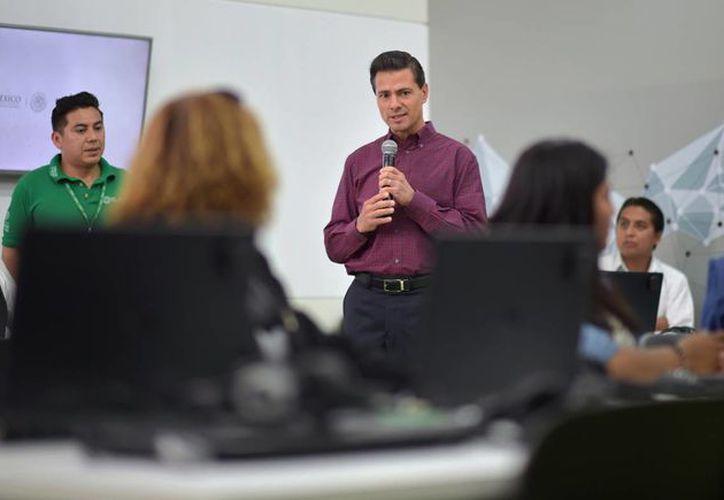 Peña Nieto recordó que durante su gestión se busca establecer 250 mil sitios públicos de acceso gratuito a internet. (Archivo/Notimex)