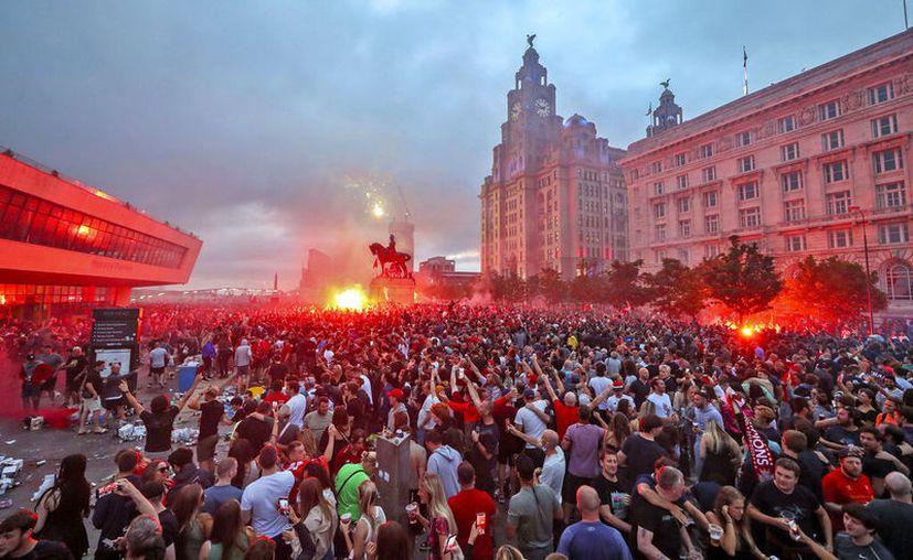 Hinchas del Liverpool inundaron las calles y olvidaron por completo los protocolos de seguridad pese a que la ciudad londinense todavía está en crisis de salud pública por el Covid-19. (Foto: AP)