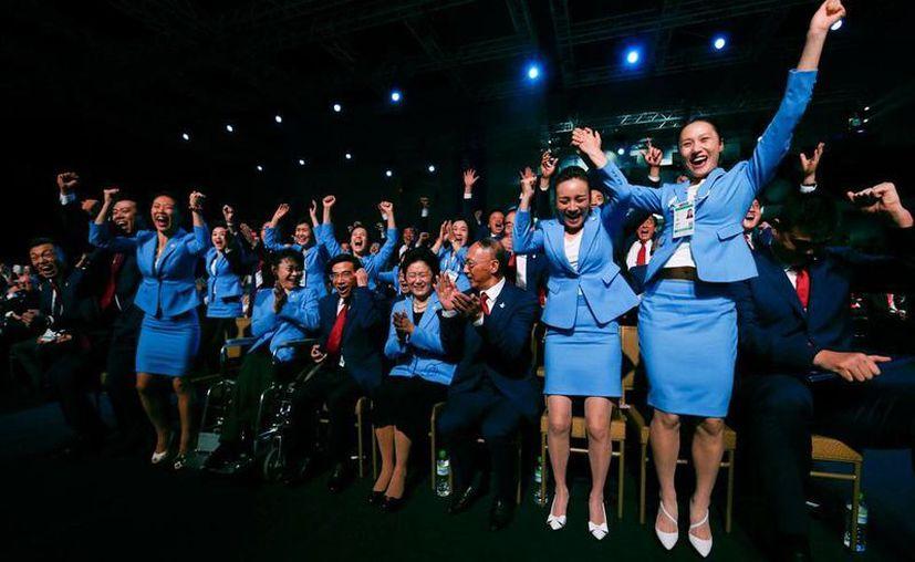 Integrantes del Comité Olímpico de China celebraron  en el estadio Nido de Pájaro la decisión del Comité Internacional de otorgarle a Beijing la sede de los Juegos de Invierno de 2022. (AP)
