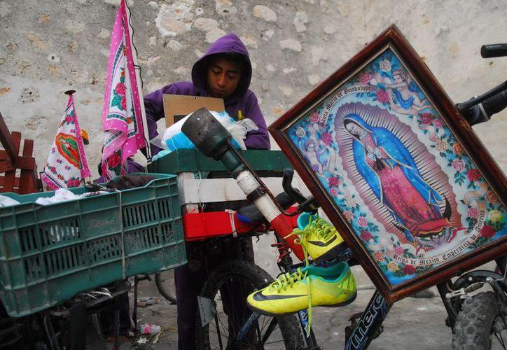 En bicicleta, a pie o en cualquier transporte, llegan peregrinos, fieles a sus promesas, al santuario guadalupano de Mérida. (Notimex)