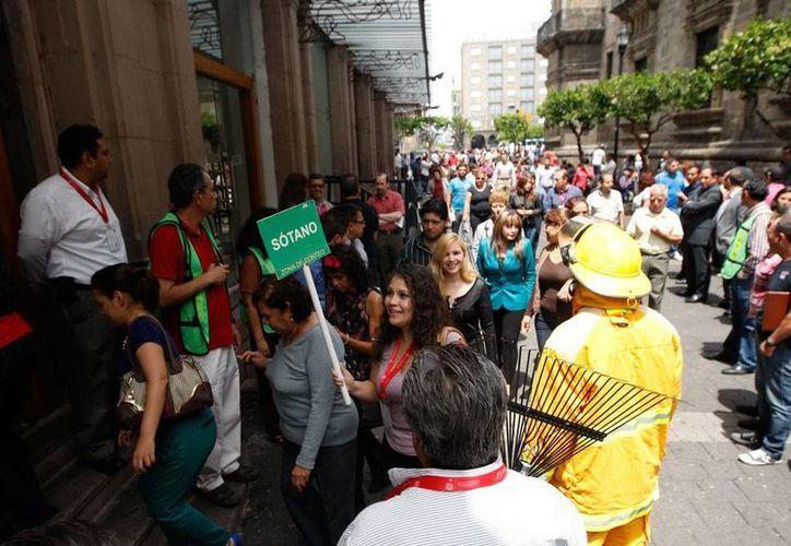 Nuevo sismo en la Ciudad de México, sin novedad. La foto es de archivo y corresponde a un desalojo en Guadalajara. (NTX)