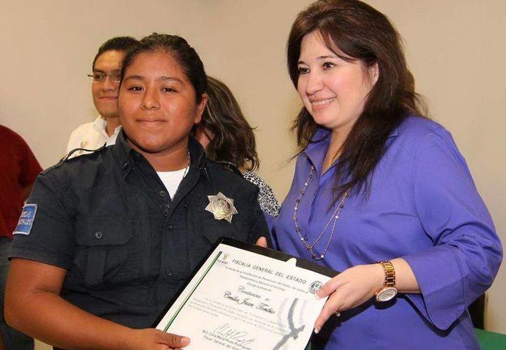 La fiscal Celia Rivas (d) entregó reconocimientos a los elementos que participaron en la jornada de capacitación. (SIPSE)